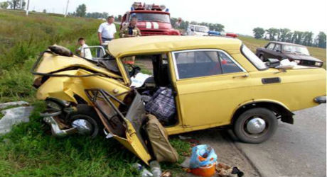 Старый разбитый автомобиль