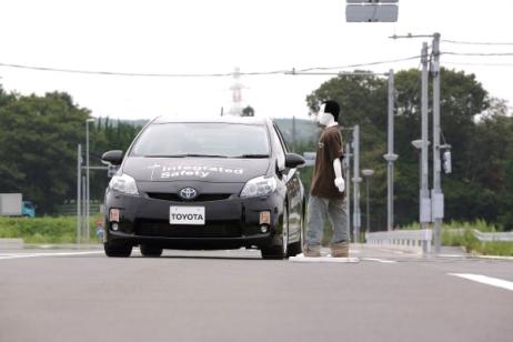 Испытание автоматического торможения Тойота