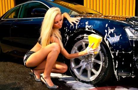 Девушка моет автомобиль
